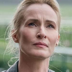 Angela Worth (GENEVIEVE O'REILLY)