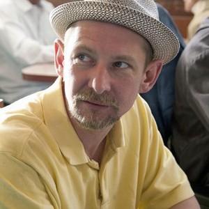 Ian Hart as Lonnie