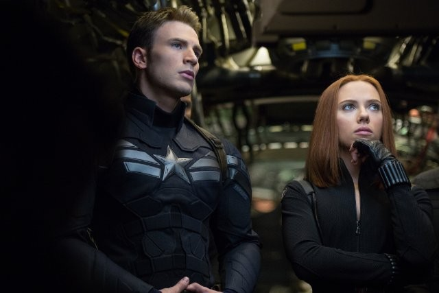 Captain America dibantu oleh agent S.H.I.E.L.D, Natasha Romanoff/Black Widow.