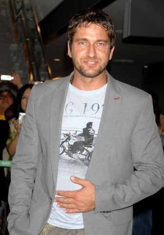 "Gerard Butler Arrives in Japan to Promote ""300"" - June 5, 2007"