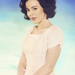 Azure Parsons as Annie Glenn