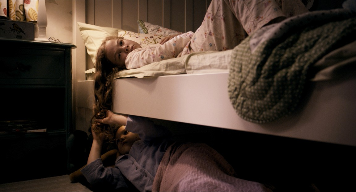 Megan Charpentier & Isabelle Nélisse as Victoria & Lily in Mama (2013)