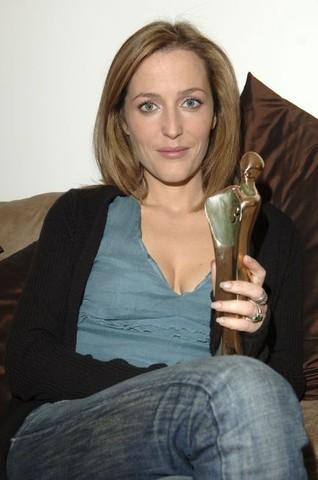 Gillian Anderson Receives the Pantene Best International Actress Award 2005